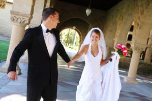 Улыбающиеся невеста и жених