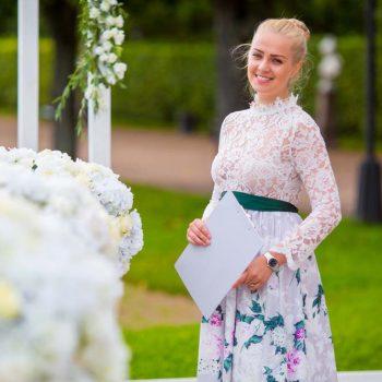 Девушка-регистратор на свадьбу