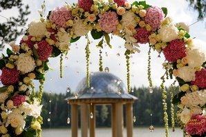 Арка украшенная живыми цветами