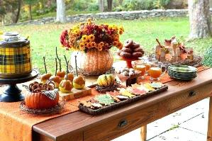 Осенний стол на улице