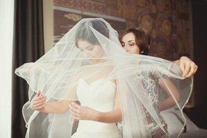 Примерка в салоне свадебных платьев