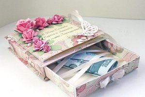 Денежные купюры в красивой коробочке