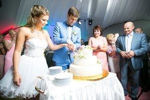 Разрезается свадебный торт