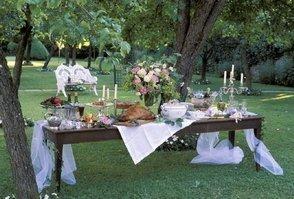 Стильный стол под деревом