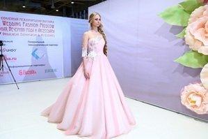 Показ платьев на выставке