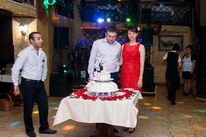Молодожены и свадебный торт