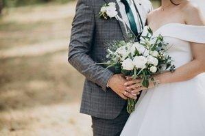 Молодожены с букетом невесты